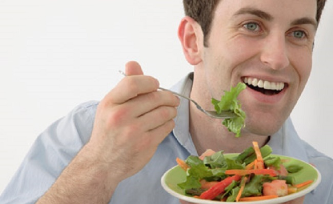 man-eating-healthy-to-lose-weight