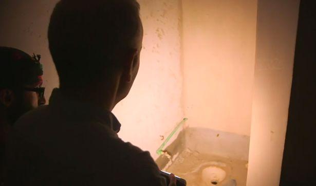 Caurums, ko izmanto kā tualeti.
