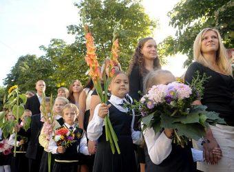 Skolēni ar ziediem 1.septembrī piedalās Rīgas Centra humanitārās vidusskolas svinīgajā mācību gada atklāšanas pasākumā.