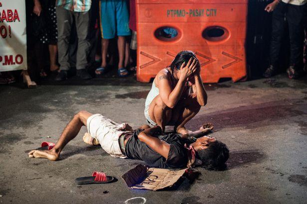 Sieviete raud pie sava mirušā vīra, kurš nogalināts pēc valdības pasūtījuma.