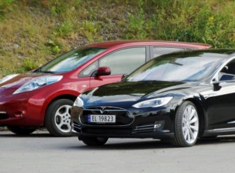 nissan_leaf_and_tesla_model_s_in_norway_cropped