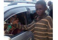 Pamests bērns piegāja pie viņas auto, lai lūgtu naudu, bet, kad ieskatījās iekšā, viņa sirds salūza