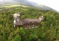 Džungļos atrodas milzīga baznīca, kas uzcelta vistas veidolā. Mūsdienās šī ēka tiek izmantota kā…