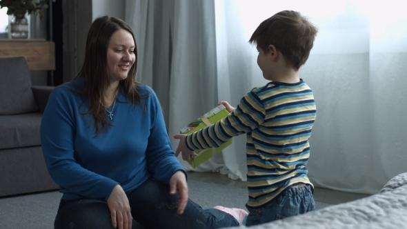3 bērnu mamma atklāj, kāpēc jāļauj dēliem apdāvināt savas mammas jau no agra vecuma