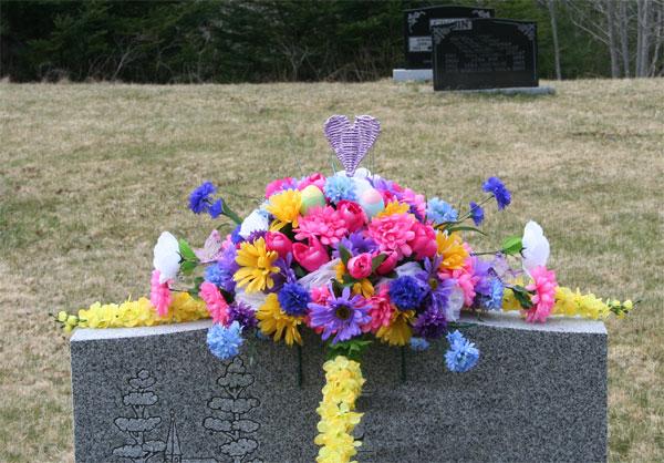 Mācītāji atklāj, kāpēc uz kapiem nevajadzētu nest mākslīgos ziedus