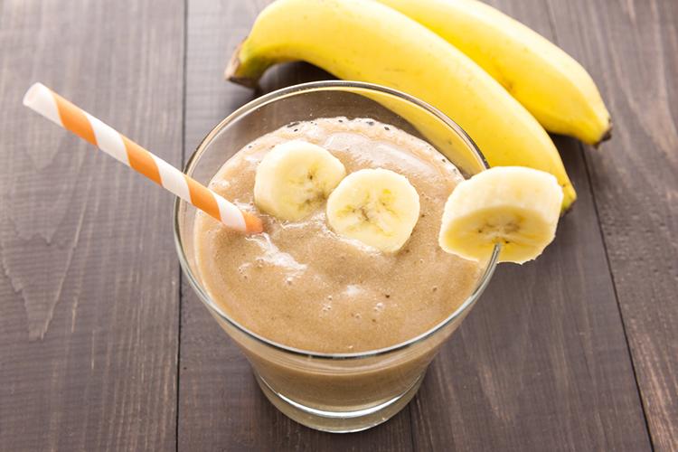 Atsvaidzinošs, diētisks un veselīgs banānu smūtijs vasaras karstajam laikam