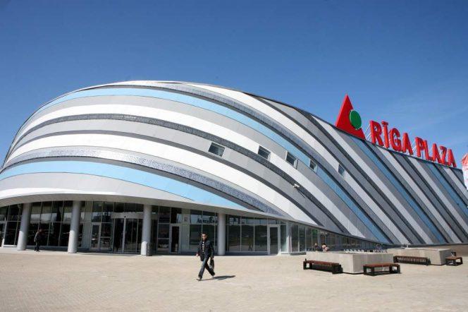 Rīga Plaza izstādē skatāmas rātno un nerātno dainu karikatūras