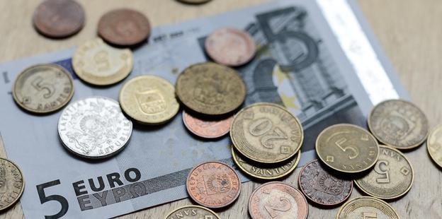 Latvijā stabili zems naudas viltojumu skaits