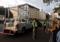 Ārvalstu žurnālisti neizpratnē kāpēc Rīgas ielās pāvestu sagaidīja tika maz cilvēku