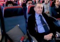 Lidmašīnas pilots savam skolotājam, kurš atradās uz klāja, sagādāja aizkustinošu pārsteigumu svētkos