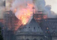 Milzīgās liesmās deg slavenā Parīzes Dievmātes katedrāle