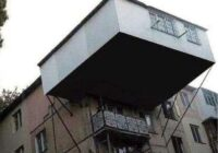 """""""Neuzkrītošie"""" kaimiņi un viņu paplašinātie balkoni, kas radījuši protestus un strīdus"""