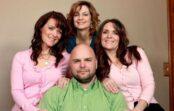Pirms 20 gadiem Džo, kurš bija precējies ar Vikiju un viņas māsīcu, apprecējās arī ar viņas dvīņu māsu. Kāds bija viņu liktenis